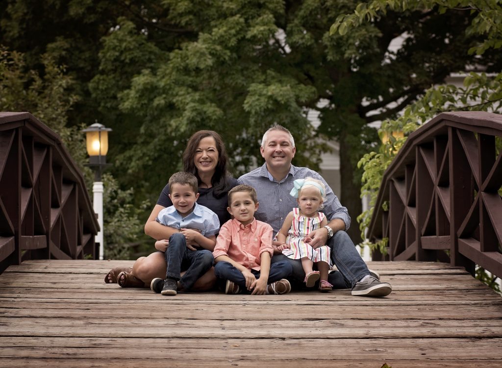 kathyrogersphotography_loraincountyphotographer_familyphotos_familyphotographer_bridge_rail_familyof5_outdoors_park