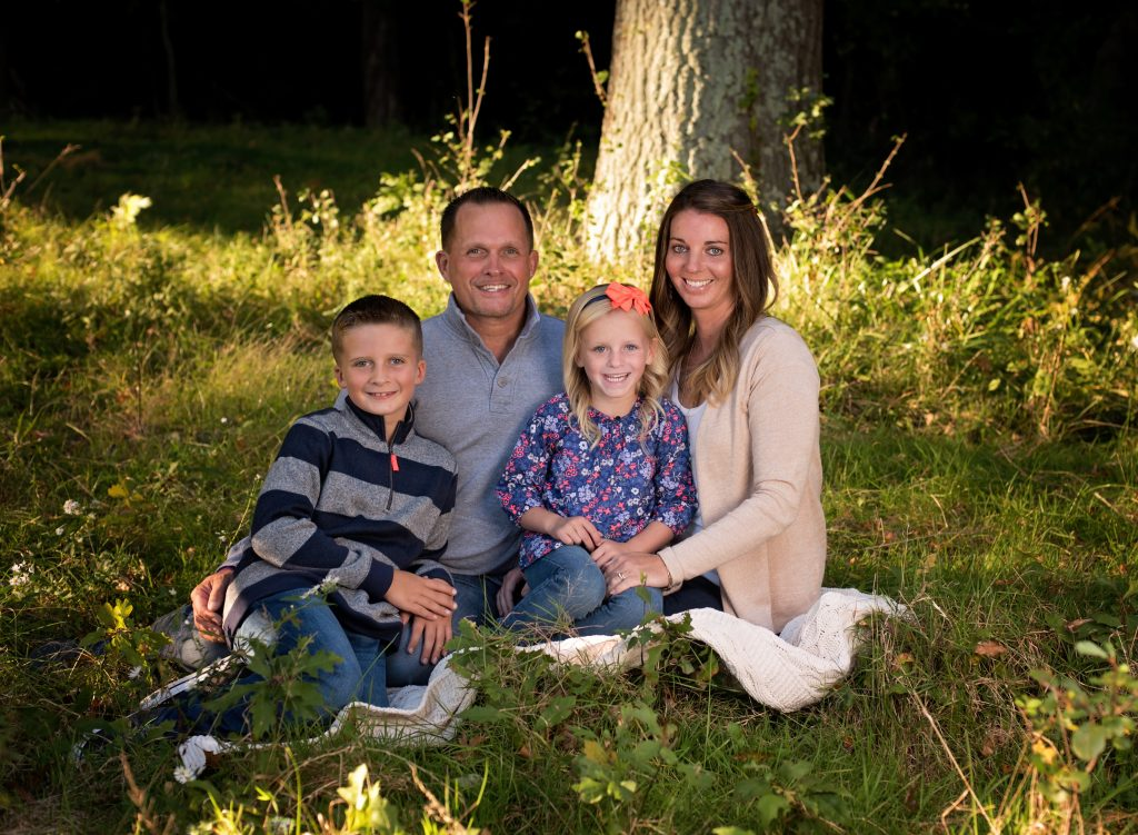 kathyrogersphotography_loraincountyphotographer_familyphotos_familyphotographer_outdoors_sunlight_kids_field