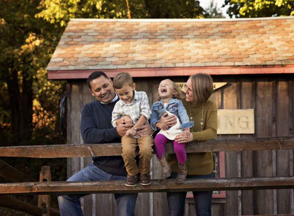 kathyrogersphotography_loraincountyphotographer_familyphotos_familyphotographer_tickles_fence_barn_laughter_fall